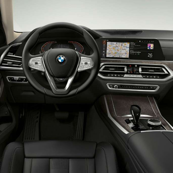 Frontal close-up of the driver's cockpit of the BMW X7